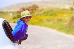 Glückliche Reise des kleinen Jungen mit dem Auto im Sommer Stockfoto