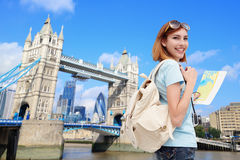 Glückliche Reisefrau stockfotos