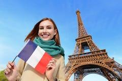 Glückliche Reisefrau in Paris lizenzfreies stockfoto