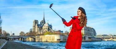 Glückliche Reisendfrau in Paris, das selfie unter Verwendung selfie Stockes nimmt Stockbild