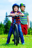 Glückliche Reitfahrräder stockbilder