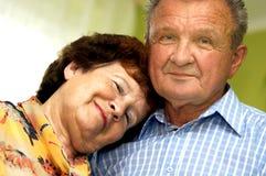 Glückliche, romantische ältere Paare stockbild