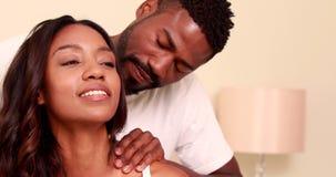 Glückliche romantische Paare, die mit Massage sich entspannen stock video