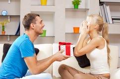 Glückliche romantische Paare mit Geschenk Stockbilder