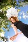 Glückliche rote behaarte Frau mit Regenschirm draußen Stockfotos