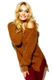 Glückliche süße nette lächelnde Blondine in der zufälligen Kleidung Stockbilder