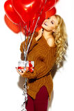 Glückliche süße nette lächelnde Blondine in der zufälligen Kleidung Stockbild
