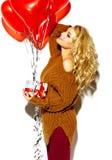 Glückliche süße nette lächelnde Blondine in der zufälligen Kleidung Lizenzfreies Stockfoto