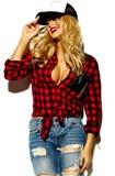 Glückliche süße nette lächelnde Blondine in der zufälligen Kleidung Lizenzfreie Stockfotos