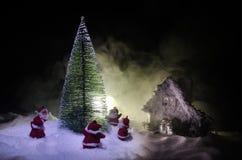 Glückliche Santa Claus Doll auf Weihnachtszeit mit Baum und Schnee Bunter bokeh Hintergrund Modellfeige Weihnachtsmanns und der f Stockfotos