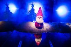 Glückliche Santa Claus Doll auf Weihnachtszeit mit Baum und Schnee Bunter bokeh Hintergrund Modellfeige Weihnachtsmanns und der f Lizenzfreie Stockfotografie
