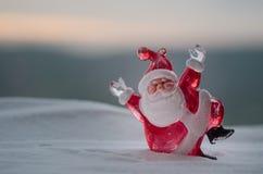 Glückliche Santa Claus Doll auf Weihnachtszeit mit Baum und Schnee Unscharfer Hintergrund im Freien Modell-FI Weihnachtsmanns und Lizenzfreies Stockfoto