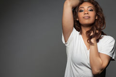 Glückliche schöne Afroamerikanerfrau lizenzfreie stockbilder