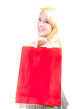 Glückliche schöne blonde kaukasische junge Frau mit Einkaufstaschen Lizenzfreie Stockbilder
