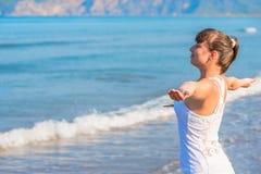 Glückliche schöne Brunettefrau, die Meer betrachtet Lizenzfreies Stockbild