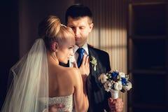 Glückliche schöne europäische Hochzeitspaare zuhause Stockbilder