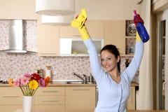 Glückliche schöne Frauen, nachdem das Haus gesäubert worden ist