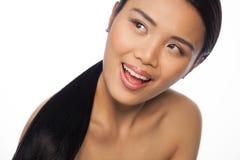 Glückliche schöne junge asiatische Frau stockfotografie