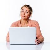 Glückliche schöne junge blonde Geschäftsfrau, die mit Zufriedenheit arbeitet Lizenzfreie Stockfotos