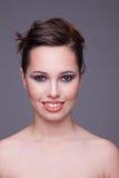 Glückliche schöne junge Frau stockfotos