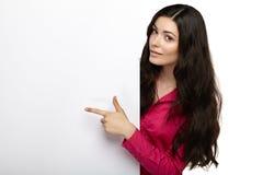 Glückliche schöne junge Frau, die freien Raum zeigt Lizenzfreie Stockbilder