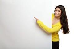 Glückliche schöne junge Frau, die freien Raum zeigt Lizenzfreie Stockfotos