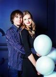 Glückliche schöne junge Paare mit weißen Ballonen Stockbilder