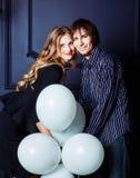 Glückliche schöne junge Paare mit weißen Ballonen Stockbild