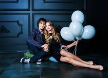 Glückliche schöne junge Paare mit weißen Ballonen Lizenzfreies Stockbild