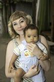 Glückliche schöne Mutter und afrikanisches schwarzes entzückendes Babyumarmen. Lizenzfreie Stockbilder
