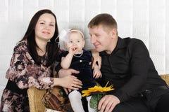Glückliche schöne Mutter, Vater und Tochter. Stockfoto