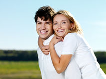 Glückliche schöne Paare auf Natur Lizenzfreies Stockfoto