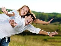 Glückliche schöne Paare auf Natur stockbild