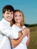 Glückliche schöne Paare auf Natur Stockfotos