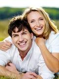 Glückliche schöne Paare draußen Lizenzfreie Stockfotos