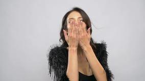 Glückliche schöne Schlagluftküsse der jungen Frau stock video