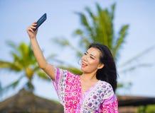 Glückliche schöne und herrliche asiatische Chinesin im Zauberkleid, das Selbstporträt selfie Foto mit Handy an den Feiertagen mac Lizenzfreie Stockfotos