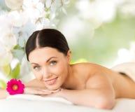 Glückliche Schönheit, die im Badekurort liegt Lizenzfreies Stockfoto