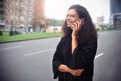 Glückliche Schönheit, die sms Mitteilungen geht und schreibt oder liest lizenzfreie stockfotografie