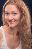 Glückliche Schönheitsfrau mit reizendem Lächeln und dem glänzenden Funkeln mustert Lizenzfreie Stockbilder