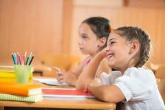 Glückliche Schüler in der Schule Stockbilder