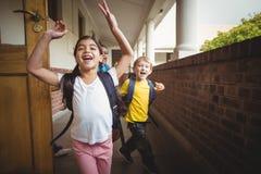 Glückliche Schüler, die das Klassenzimmer verlassen stockfotografie