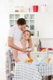 Glückliche schwangere Familie und gesunde Nahrung Stockbild