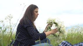Glückliche schwangere Frau, die Kamille winden lässt stock video footage