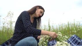 Glückliche schwangere Frau, die Kamille winden lässt stock video
