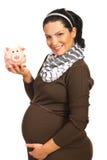 Glückliche schwangere Frau mit piggy Querneigung lizenzfreies stockbild