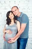 Glückliche schwangere Paare, die auf ein Wunder warten Lizenzfreie Stockbilder