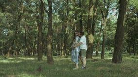 Glückliche schwangere Paare im Liebestanzen in der Natur stock video