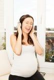 Glückliche schwangere singende Frau Lizenzfreie Stockbilder