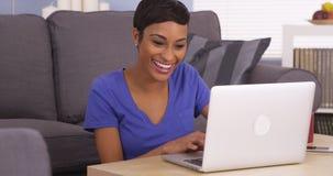 Glückliche schwarze Frau, die das Internet surft Lizenzfreies Stockbild